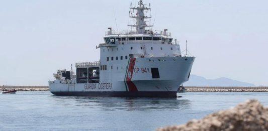 Migranti |  nave Diciotti entra nel porto di Trapani |  c'è il via libera